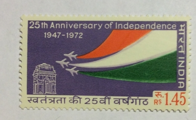 Почтовая марка Индия (India postage) India Gate & Planes with India's colors | Год выпуска 1973 | Код каталога Михеля (Michel) IN 554