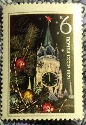 Ветви украшенной новогодней елки на фоне Спасской башни Московского Кремля